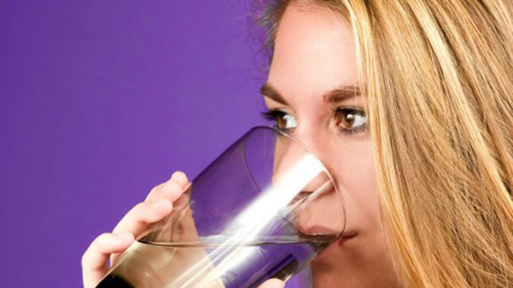 Content Dam Ww Online Articles 2016 05 Drinking Water From A Glass 576x544