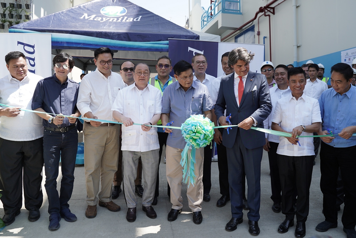Joining Pangilinan (fifth from left) during the PWTP 2 inauguration were (from left) Laguna Lake Development Authority assistant general manager Generoso Dungo, Rep. Winston Castelo of Quezon City, Rep. Rufino Biazon of Muntinlupa, MMDA Deputy Chief of Staff Michael Salalima, Maynilad President and CEO Ramoncito S. Fernandez, MWSS administrator Reynaldo Velasco, MPIC President and Maynilad board director Jose Ma. K. Lim, DENR Undersecretary Jonas Leones (partly hidden), Spanish Ambassador to the Philippines Jorge Moragas Sánchez, National Security Council Deputy Director General Vicente M. Agdamag, Muntinlupa Mayor Jaime Fresnedi, and Rep. Bayani Fernando of Marikina City.
